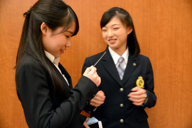 仲良しの三原舞依(左)に子ども時代の写真をいじられる坂本花織