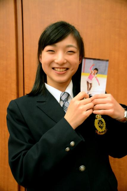 初めて大会に出た5歳のころの写真を手に持つ坂本花織