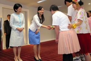 佳子さま「私も高校時代にダンス」 障害者らと歓談:朝日新聞