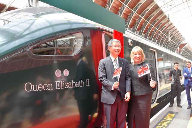 日立の新鉄道車両を披露 英鉄道会社、女王も乗車