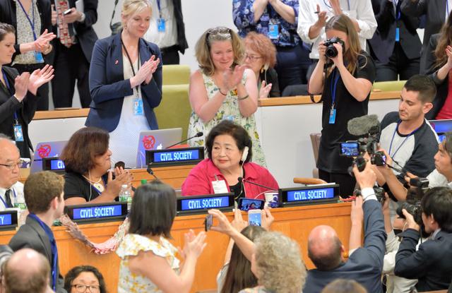核兵器禁止条約の採択後、「前進し、世界を変えよう」と力強く演説し場内から大きな拍手を浴びるカナダ在住の被爆者サーロー節子さん(中央)=2017年7月7日、ニューヨークの国連本部、松尾一郎撮影
