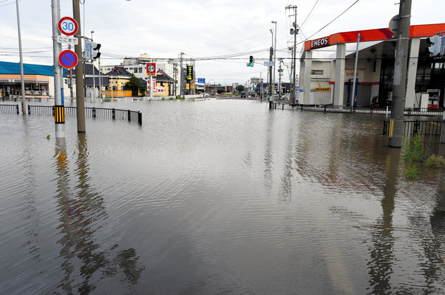 秋田で記録的大雨、2万6千人に避難指示 浸水相次ぐ