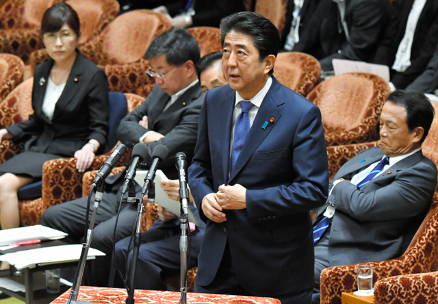 首相、加計理事長との食事代「先方が払うこともあった」:朝日新聞デジタル