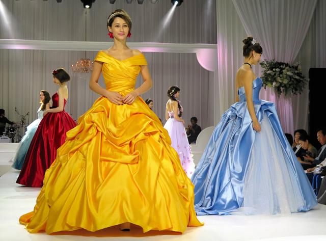 f6cc73c7e9dba ディズニーで人気のプリンセスをイメージしたカラードレス。手前のダレノガレ明美さんが着ているのは「美女と野獣」のベル、右はシンデレラ=東京都港区