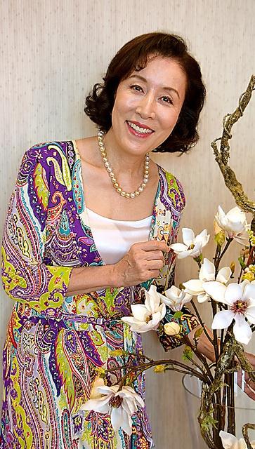 白い綺麗な花を嬉しそうに見つめる高畑淳子