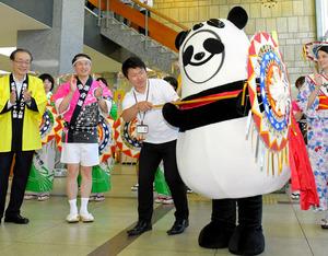 鳥取県が上野動物園の赤ちゃんパンダ「シャンシャン」に「しゃんしゃん傘」を贈った。この日は鳥取県大山町の非公式キャラクターの「むきぱんだ」が、代理で受け取っ