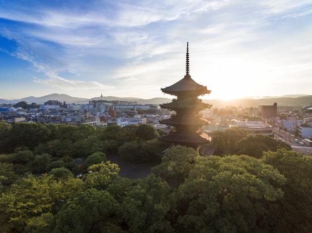 朝の光に浮かぶ京のランドマーク