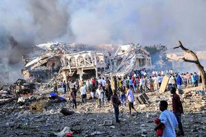 ソマリア首都で爆発、230人以上...