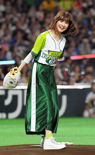 始球式に参加する吉高由里子