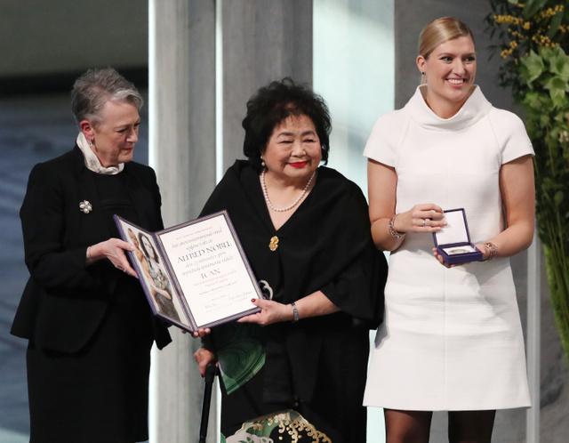 ノーベル平和賞を授与され、笑顔を見せるサーロー節子さん(中央)。右は「核兵器廃絶国際キャンペーン」(ICAN)のベアトリス・フィン事務局長=2017年12月10日午後、オスロ、林敏行撮影
