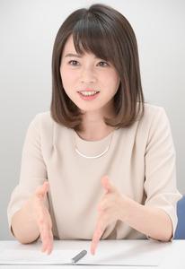 インタビュー中の皆川玲奈