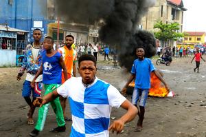 デモ隊と治安当局が衝突、7人死...