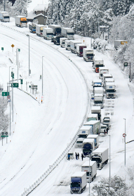 北陸自動車道で車が立ち往生 最...