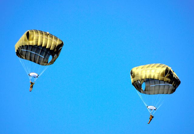 【年始恒例】日米パラシュート部隊が降下訓練 200人舞い降りる 習志野演習場 YouTube動画>4本 ->画像>19枚
