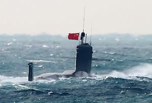 進入の潜水艦、浮上 東シナ海の...