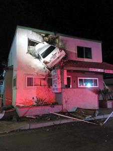 米カリフォルニア州サンタアナで14日、建物の2階に突っ込んだ車。オレンジ郡消防当局提供=ロイター