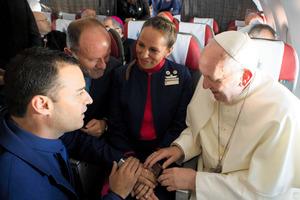 ローマ法王、飛行機で挙式「ここ...