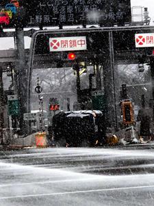中央道三鷹料金所で横転事故 雪...