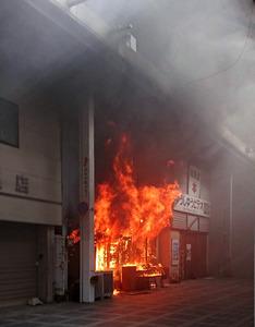 三重・伊勢の商店街で火災、店舗や住宅など6棟が全焼