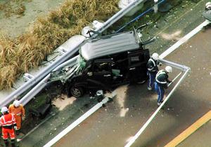 「名阪国道で軽乗用車がガードレールに激突」の画像検索結果
