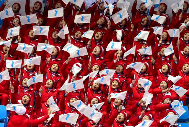北朝鮮の応援団、脱北者が語る実態「将軍様を忘れるな」