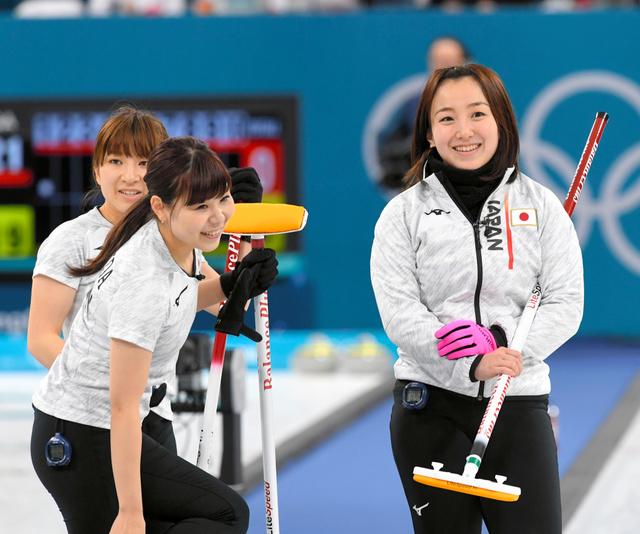 スイス戦第1エンド、笑顔を見せる(右から)藤沢、吉田夕、鈴木=白井伸洋撮影