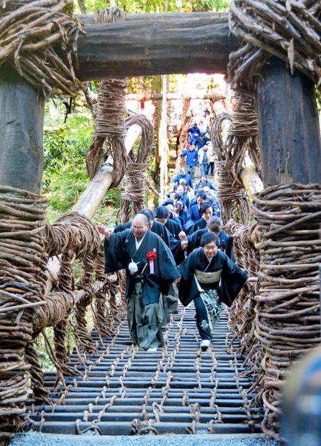 【徳島】ギッシギシ揺れますが「安心して渡って」 かずら橋が一新 ->画像>8枚