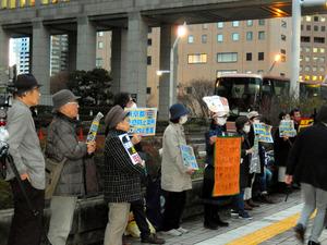 東京都迷惑防止条例改正案が都議会委員会で可決された後、議会棟の前で抗議活動をする人たち=東京都新宿区