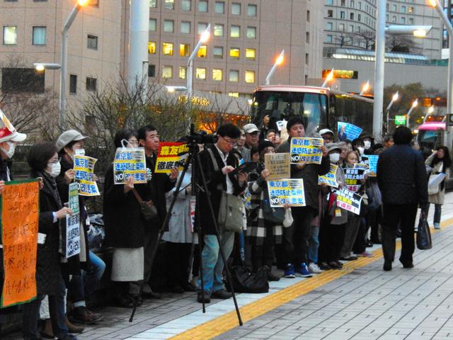東京都迷惑防止条例改正案が都議会委員会で可決された後、議会棟の前で抗議活動する人たち=東京都新宿区