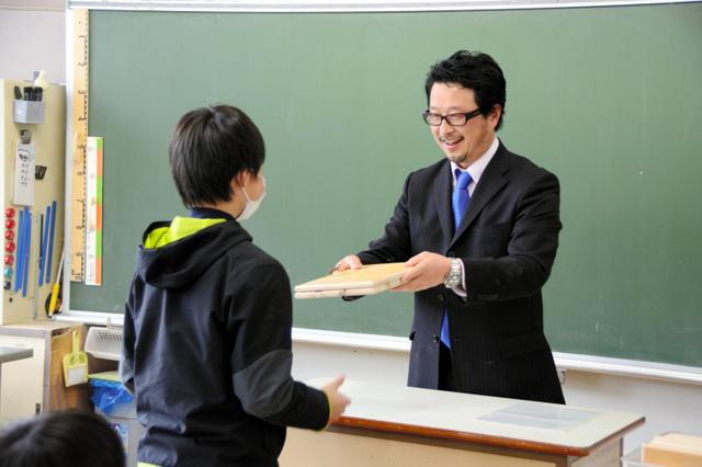 岐阜)学校机の天板を持ち帰り 郡上の小学校の卒業記念:朝日新聞デジタル