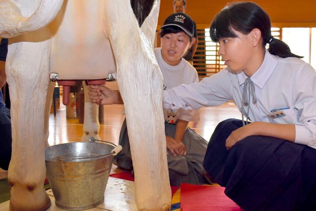 AS20180529004010 comm - 女子中学生に乳しぼりを出張レクチャー 「乳しぼりで喜びを知りました」