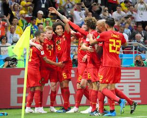 前半、2点目のゴールを決めたデブルイネ⑦のもとに集まり、喜ぶベルギーの選手たち=関田航撮影