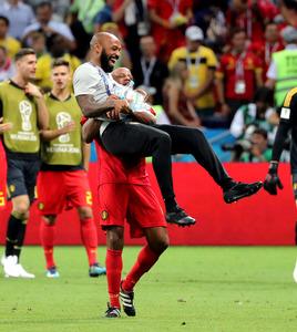 ブラジル戦に勝利し、コンパニーに抱きかかえられるベルギー代表アシスタントコーチのアンリさん(手前)=関田航撮影