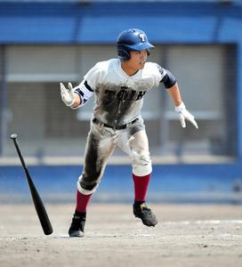 大阪桐蔭の根尾昂選手は北大阪大会の初戦でチーム最多の3安打を放ち、勝利に貢献した=2018年7月16日、シティ信金スタ、