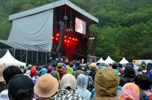 雨のフジロック YOSHIKIがエンドレス・レイン:朝日新聞