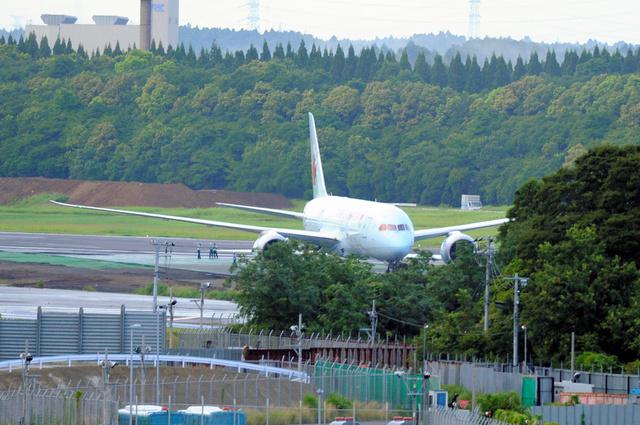 エア・カナダ機、成田空港で立ち...