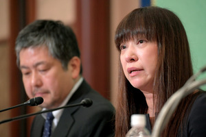 記者会見に臨む安田純平さんの妻で、歌手のMyuさん(右)と、安田さんを救う会の岩井信弁護士=2018年8月7日午後2時19分、東京都千代田区の日本記者