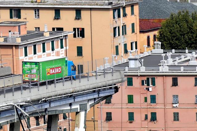高架橋が崩落、死者は26人 車多数巻き添え イタリア:朝日新聞デジタル