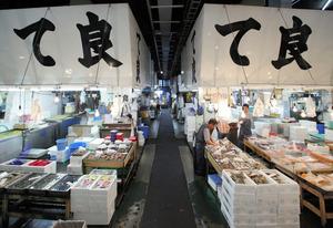 仲卸「て良」は、所狭しと魚介を並べて客を待つ=東京都中央区の築地市場、竹谷俊之撮影
