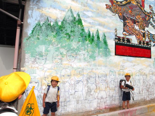 柱の傷」のように 小学生の等身大壁画 岐阜・八百津:朝日新聞デジタル