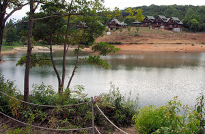 被爆樹木の苗木が植樹される大池公園=2018年8月20日午後3時29分、福岡県上毛町下唐原