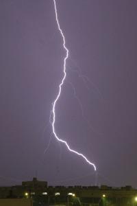 都内で激しい雨や雷 交通混乱、...