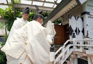 宮司によって築地市場から「水神様」が運び出された=2018年6月26日午前11時41分、東京都中央区、樫山晃生撮影