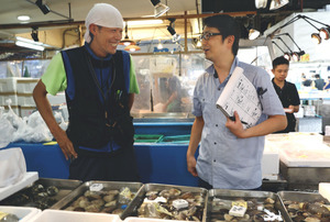 北海道から届けられた大量の貝などを流通に乗せた大卸「東都水産」の坂本雅英さん(右)と、仲卸「三清」の清水将登さん=2018年9月18日午前9時45分、東京都中央区の築地市場、竹谷俊之撮影