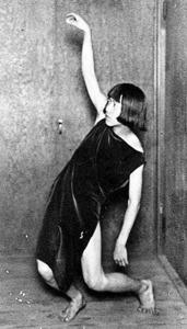 村山知義を撮った「フンメルのワルツアを踊っている私」=1923年、神奈川県立近代美術館寄託