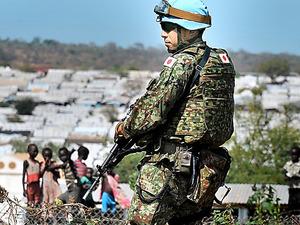南スーダンの避難民キャンプ近くで警備する陸上自衛隊員=2016年11月、南スーダン・ジュバ、仙波理撮影