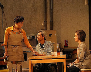 (左から)高畑淳子、鶴見辰吾、若村麻由美。舞台美術には傾斜がつけられている=尾嶝太氏撮影