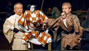 「夏祭浪花鑑」。桐竹勘十郎の団七(左)、吉田玉男の義平次=国立劇場提供