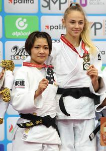 女子48キロ級で優勝したビロディド(右)と銀メダルの渡名喜風南=時事