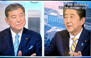TBS系「NEWS23」に出演する安倍首相(右)と石破元幹事長=17日